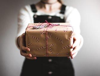 Cadouri pentru cea mai buna prietenă: 15 idei originale care să-i umple inima de bucurie